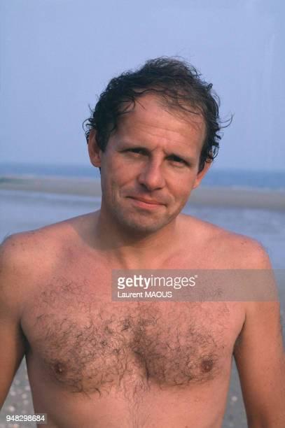 Le journaliste et romancier Patrick Poivre d'Arvor se baigne pendant le Festival du film romantique en juin 1984 à Cabourg, France.