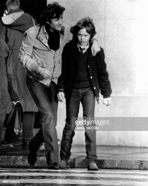 Le journaliste francoitalien Daniel Biasini avec le fils de l'actrice française Romy Schneider David Haubenstock le 21 décembre 1980 à Paris France