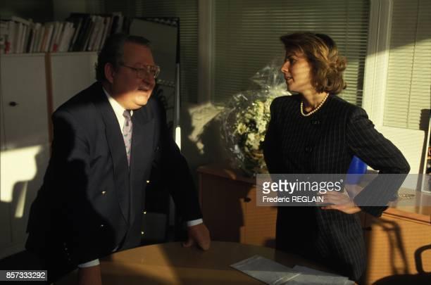 Le journaliste Gerard Carreyrou dans son bureau a TF1 et Claire Chazal le 13 decembre 1992 a Paris France