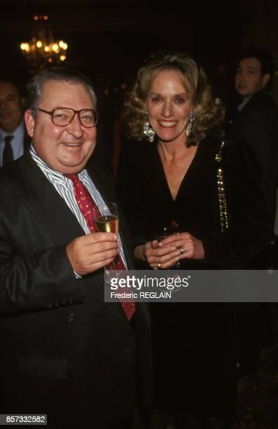 Le journaliste Gerard Carreyrou et son epouse au mariage de Michele Coota journaliste politique avec Philippe Barret le 12 novembre 1992 en France