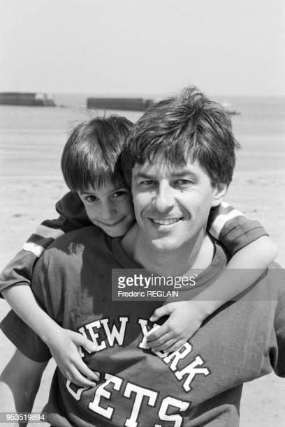 Le journaliste Henri Sannier en vacances avec son fils Antoine à Ouistreham le 7 aout 1987, France.
