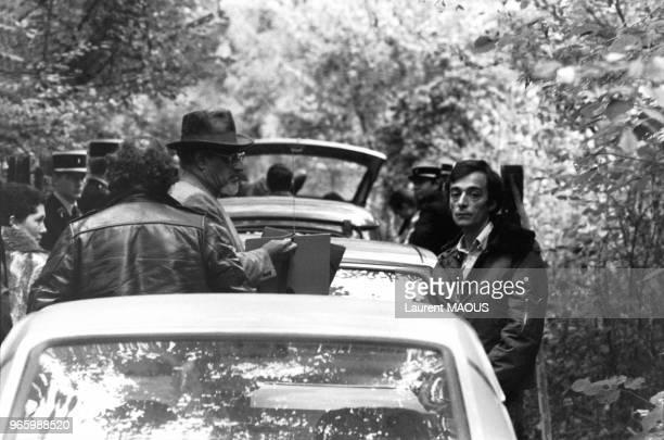 Le journaliste Jacques Tillier avec les policiers pendant la reconstitution de son agression par Jacques Mesrine le 25 octobre 1979 à Creil France