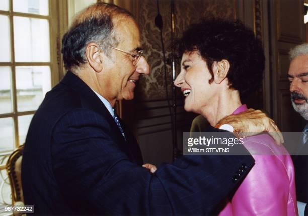 Le journaliste JeanPierre Elkabbach au Sénat avec son épouse la romancière Nicole Avril le 25 mai 2000 à Paris France