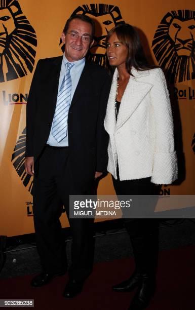 Le journaliste JeanPierre Pernaut et sa compagne Nathalie Marquay posent avant d'assister à l'avantpremière de la comédie musicale 'Le Roi Lion' le...