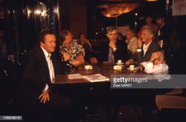 Le journaliste Michel Field et le pianiste Michel Petrucciani sur le plateau de l'émission 'Le Cercle de minuit', en 1994, France.