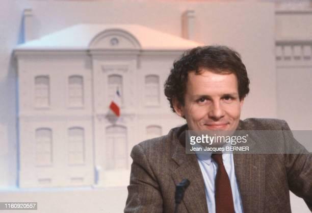 Le journaliste Patrick Poivre d'Arvor lors des élections municipales sur Antenne 2 le 6 mars 1983 à Paris France