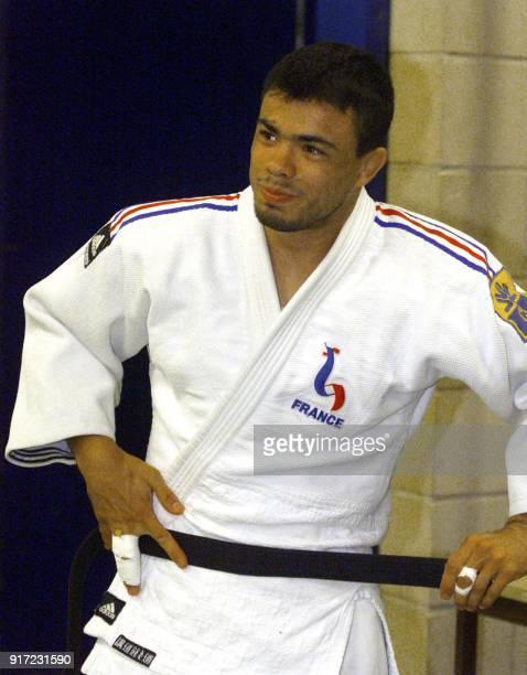 le judoka français Eric Despezelle pose sa ceinture sur son kimono le 11 mai 2000 avant une séance d'entraînement collectif de l'équipe de France de...