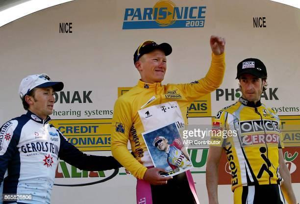le Kazakh Alexandre Vinokourov Telekom l'Espagnol Mikel Zarrabeitia Once et l'Italien Davide Rebellin posent sur le podium le 16 mars 2003 à Nice à...