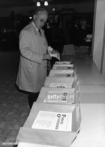 Le leader de Force Ouvriere Andre Bergeron choisit son bulletin de vote lors des elections syndicales