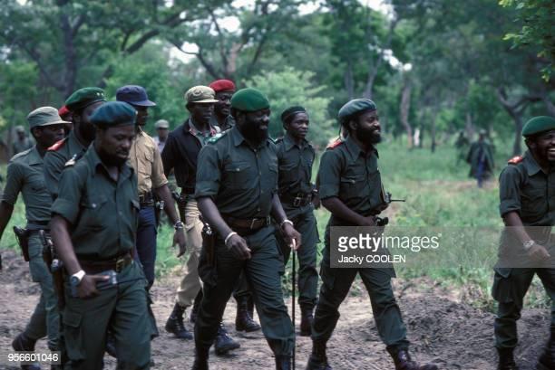 Le leader indépendantiste Jonas Savimbi avec des soldats en février 1985 en Angola