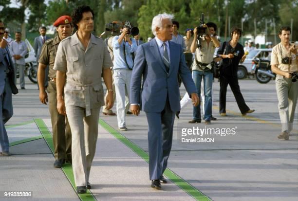 Le leader lybien Mouammar Kadhafi accompagné du colonel Hassan Ichkal reçoit le président algérien Chadli Bendjedid lors du sommet de l'OUA à Tripoli...