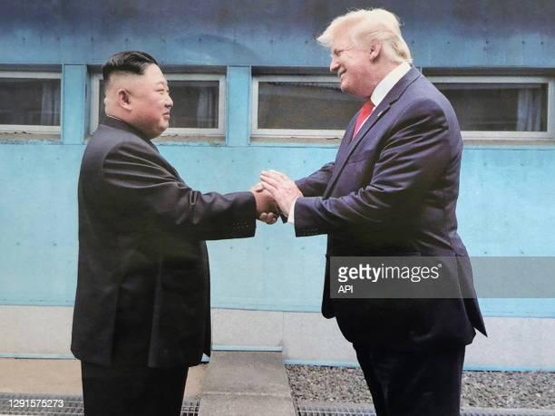 Le leader nord coréen Kim Jong Un et le président américain Donald Trump lors d'une rencontre le 30 juin 2019 dans la zone démilitarisée à Panmunjom,...