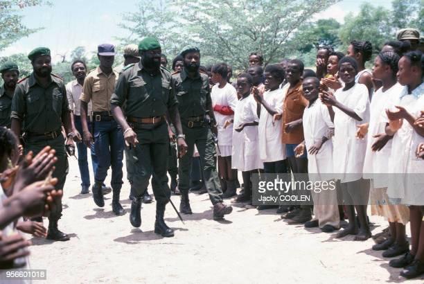 Le leadeur indépendantiste Jonas Savimbi applaudit par la foule en février 1985 en Angola