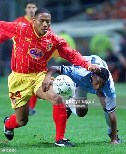 le Lensois José Pierre FanFan prend le dessus sur le joueur du Celta Vigo Benedict Maccarty le 23 mars 2000 à Lens lors du match Lens/Celta Vigo...