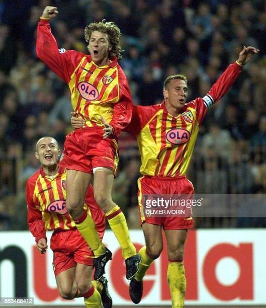 Le Lensois Tony Vairelles saute de joie devant Stephane Dehu et Rolles le 30 sqeptembre à Kiev après avoir marqué le but égalisateur lors de la...