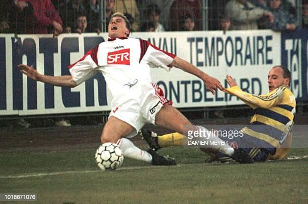 Le Lensois Yvan Lachor est taclé par le sochalien Frederik Viseux le 18 février au stade Bonal à Sochaux lors du match SochauxLens de quart de finale...