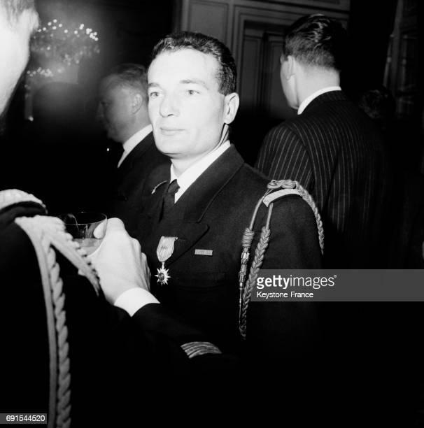 Le lieutenant de vaisseau Eric Tabarly a reçu la croix de chevalier de l'ordre du mérite maritime au ministère des travaux publics à Paris France le...