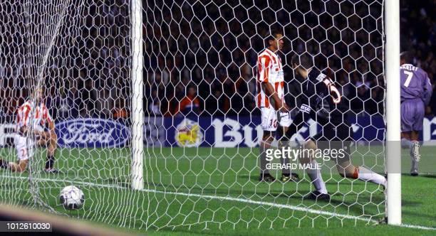 le lyonnais Pierre Laigle marque un but au gardien du l'Olympiakos Dimitrios Eleftheropoulos lors de la rencontre entre l'Olympique Lyonnais et...