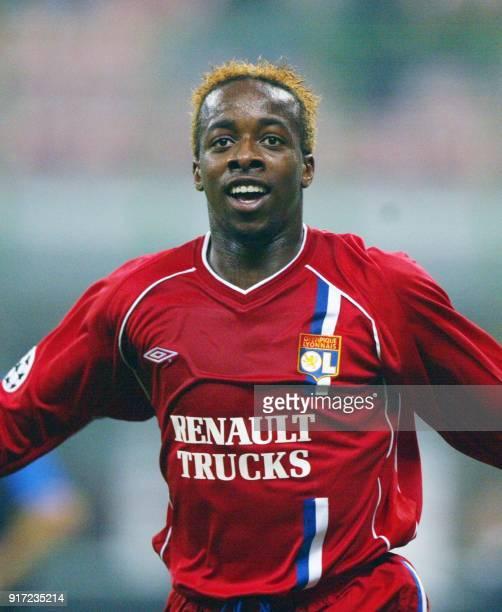 le Lyonnais Sydney Govou jubile après avoir inscrit un but lors de la rencontre Inter de Milan/Lyon comptant pour la 3e journée de la Ligue des...