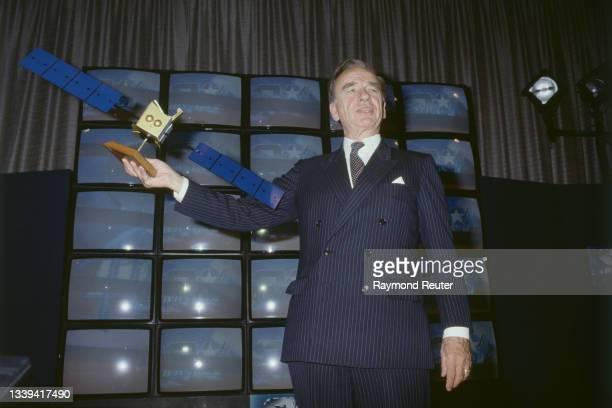Le magnat de la presse : Rupert Murdoch, lors de sa conférence de presse, annonce l'achat de 4 canaux TV du satellite Astra, qui sera lancé par la...