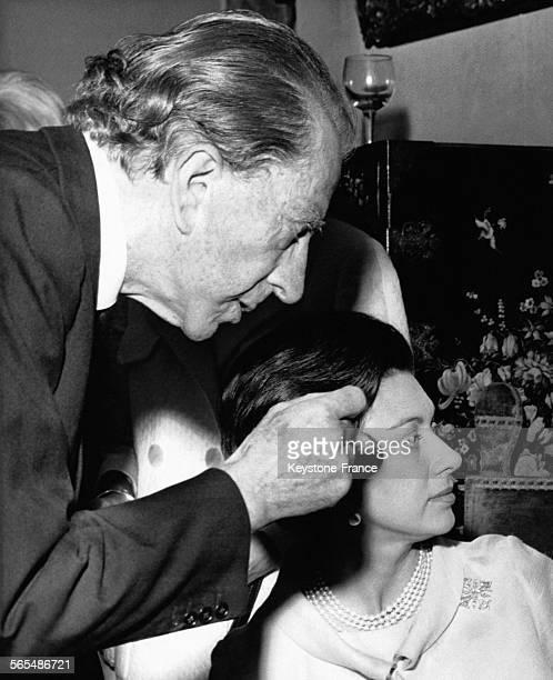 Le magnat du pétrole Paul Getty parle avec la Princesse Margaret lors d'un cocktail chez lui le 15 juillet 1966