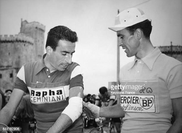 Le maillot jaune Robert Cazala examine la blessure au coude de Raphaël Géminiani lors de la 8ème étape du Tour de France La RochelleBordeaux à La...