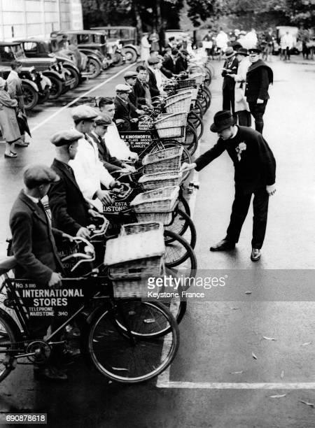 Le Maire de la ville examine les bicyclettes des concurrents participant à la course du meilleur garçon coursier le 7 octobre 1931 à Maidstone...