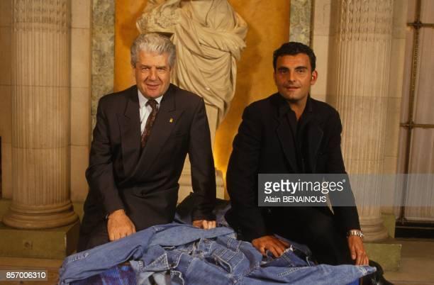 Le maire de Nimes Jean Bousquet et le createur de mode Christian Audigier lors de l'annonce de la remise du 'Denims d'Or' le 19 juin 1991 a Paris...