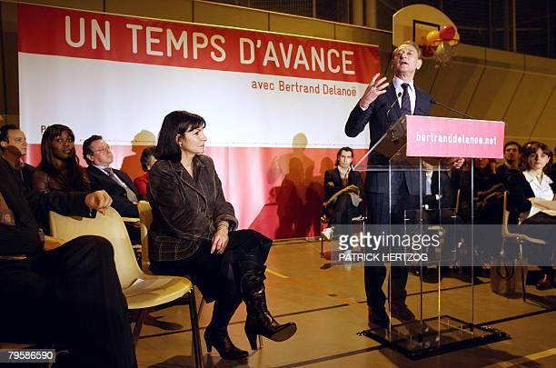 Le maire de Paris Bertrand Delano prononce un discours lors d'un meeting de soutien Anne Hidalgo candidate la mairie du 15e arrondissement de Paris...