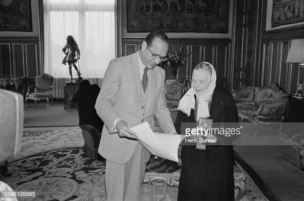 Le Maire de Paris Jacques Chirac reçoit à l'hotel de ville Marguerite Yourcenar , première femme élue membre de l'Académie Française le 6 mars 1980....