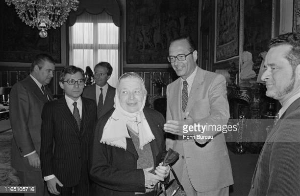 Le Maire de Paris Jacques Chirac reçoit à l'hotel de ville Marguerite Yourcenar première femme élue membre de l'Académie Française le 6 mars 1980...