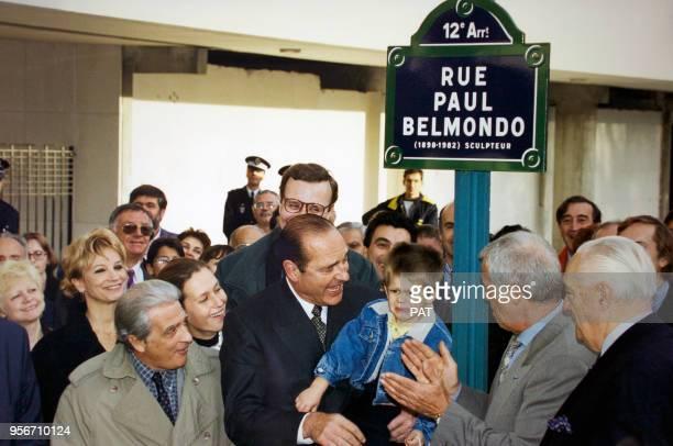 Le maire de Paris Jacques Chirac tient dans ses bras le petitfils Alexandre de l'acteur JeanPaul Belmondo lors de l'inauguration de la rue Paul...