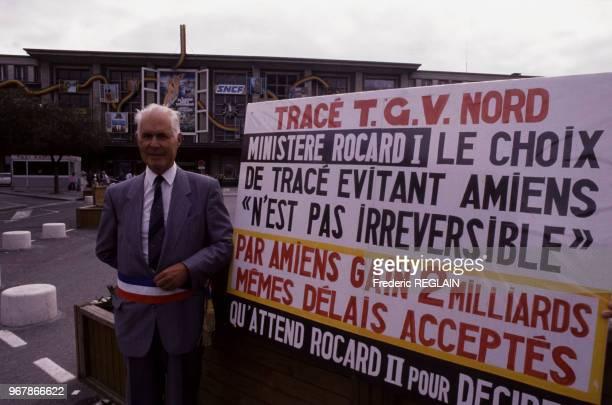 Le maire René Lamps à côté d'une banderole réclamant le passage du TGV Nord par Amiens le 13 août 1988 à Amiens France
