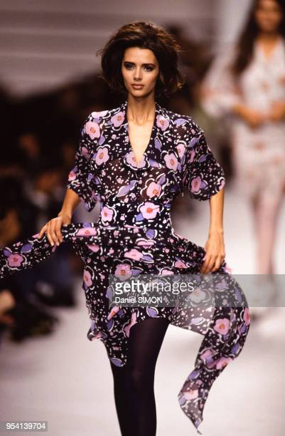 Le mannequin Heather Stewart-Whyte lors du défilé Karl Lagerfeld collection Prêt-à-porter Printemps-Eté 1992 en octobre 1991 à Paris, France.