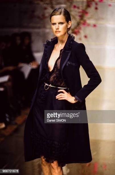 Le mannequin Stella Tennant lors du défilé haute-couture Valentino printemps-été 1997 en janvier 1997 à Paris en France.