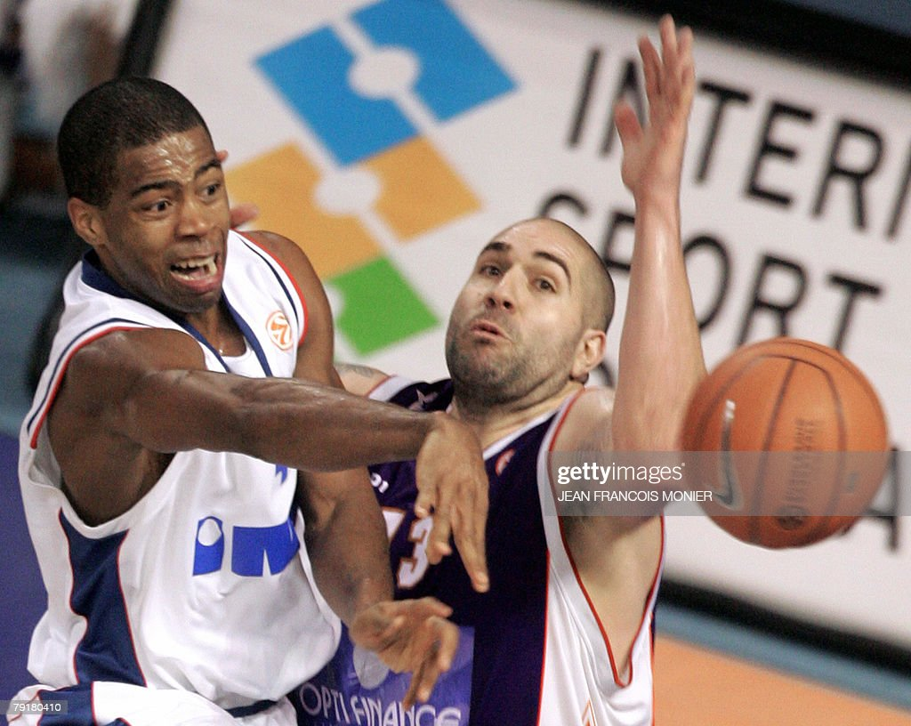 Le Mans? forward Philip Ricci (R) of the US fights for the ball with Cibona Zagreb?s forward Chris Warren (L) of the US during their Euroleague Basketball match in Le Mans, 23 January 2008. Le Mans won 100 - 87.