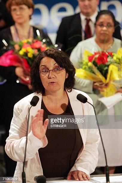 La nouvelle presidente de la federation des Parents d'eleves de l'enseignement public Anne Kerkhove s'adresse aux militants le 26 mai 2006 au Mans...