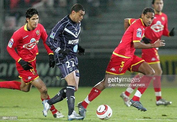 Le Mans's striker Tulio de Melo and Le Mans' defender Frederic Thomas fight for the ball with Bordeaux' midfielder Denilson de Oliveira during their...