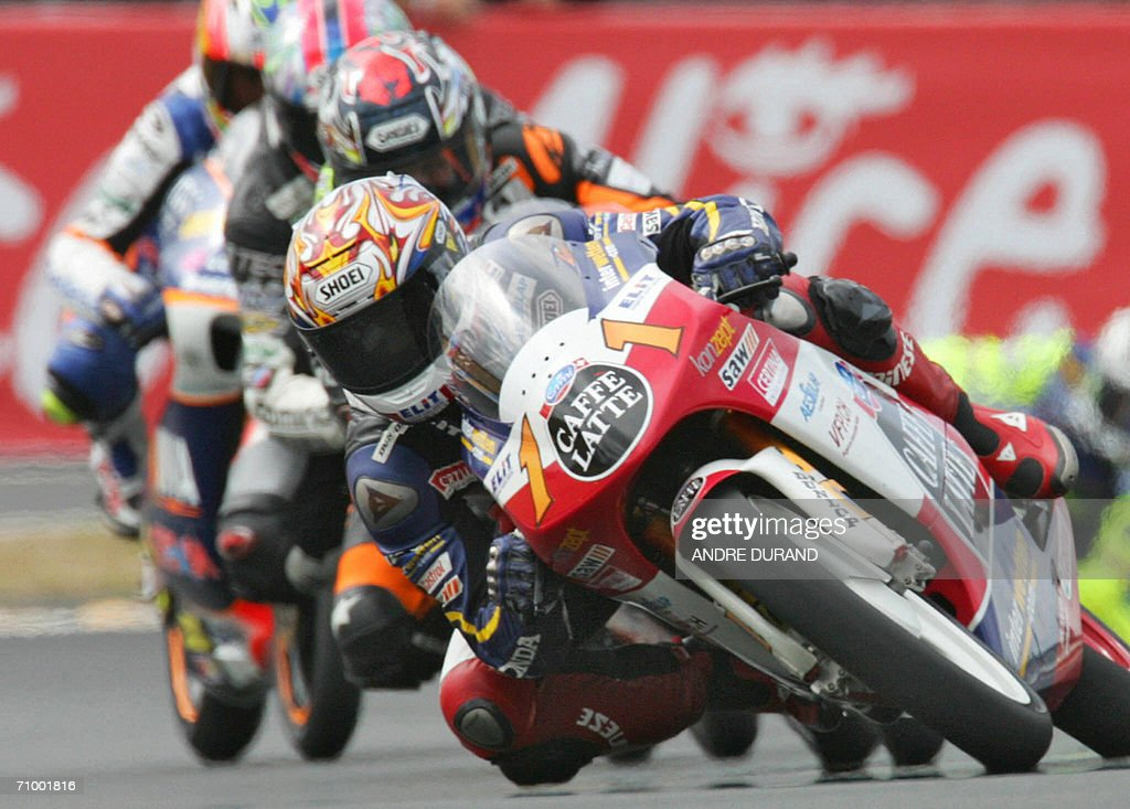 Swiss Thomas Luthi (C) rides his Honda on his way to win the 125cc race during the French 125cc Grand Prix , 21 May 2006 at the Le Mans racetrack, western France.