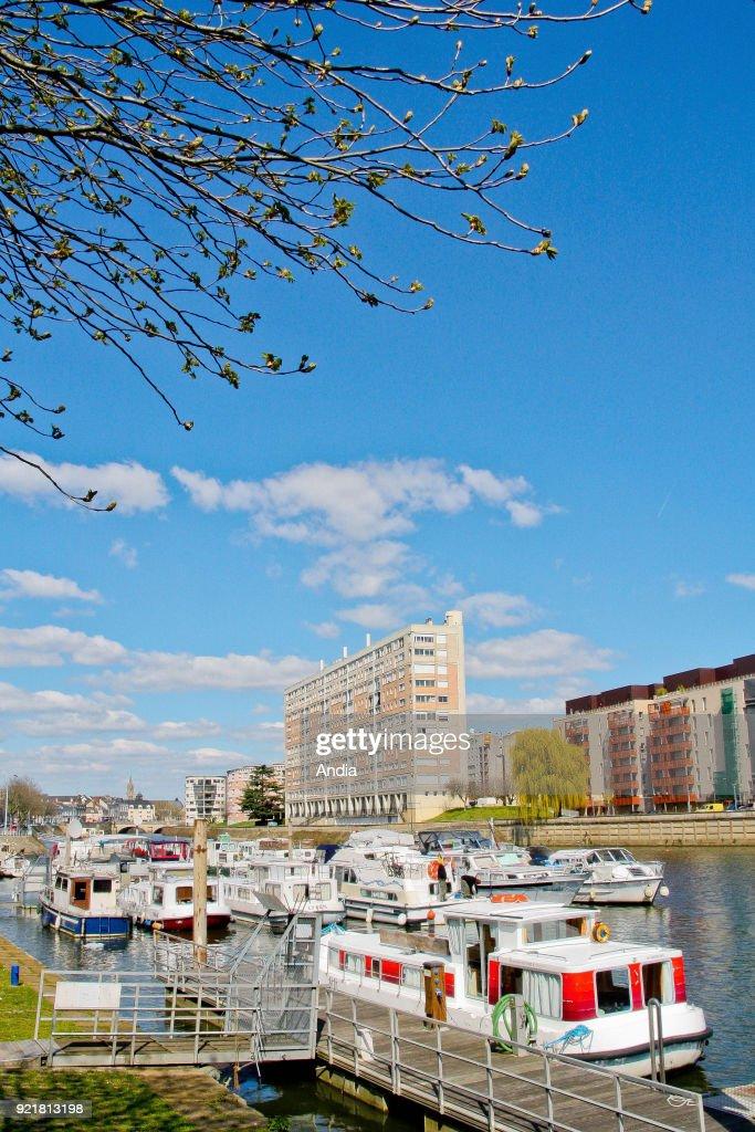 River port on the Sarthe river. : News Photo