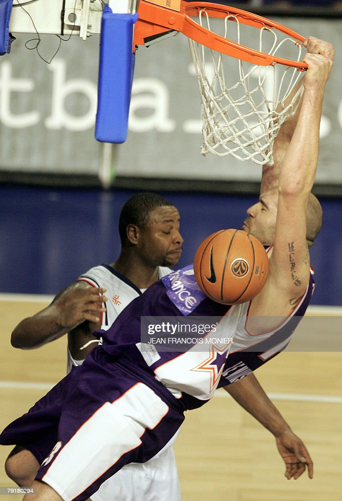 Le Mans?s forward Philip Ricci (R) from the US scores against Cibona Zagreb?s forward Sam Hoskin (L) from the US during their Euroleague Basketball match in Le Mans, 23 January 2008. Le Mans won 100 - 87.