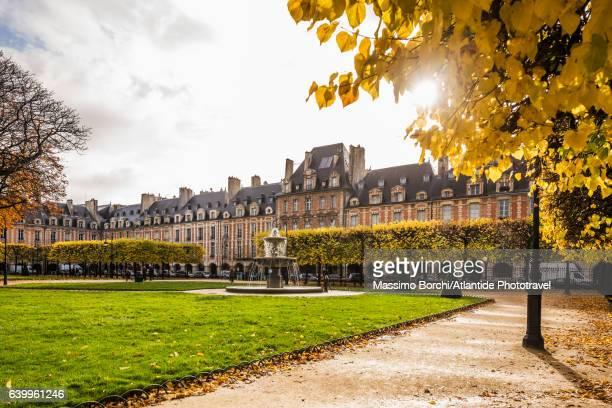 Le Marais, Place (square) des Vosges in autumn (fall)