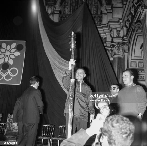 Le marathonien Alain Mimoun sera le premier porteur de la flamme olympique arrivée d'Athènes par avion à Orly France le 19 décembre 1967