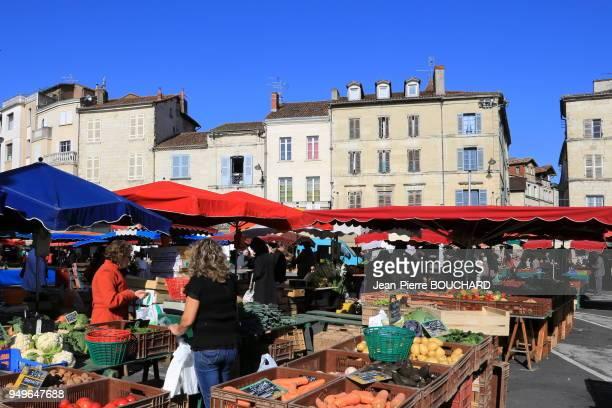Le marché de Périgueux près de la cathédrale Saint-Front, cathédrale catholique romaine siège du diocèse de Périgueux et Sarlat, 24 octobre 2012,...