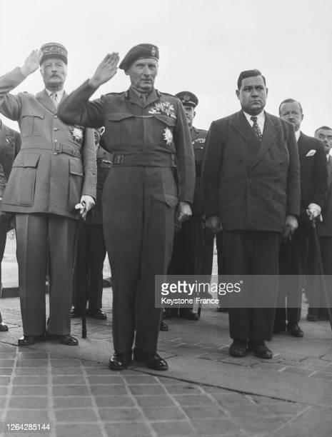 Le maréchal britannique Bernard Montgomery rendant hommage devant la tombe du soldat inconnu, entouré du général Henri Giraud et du ministre de la...