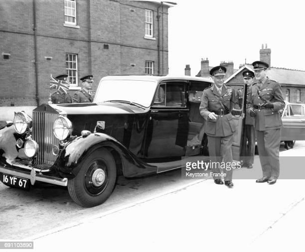 Le maréchal Montgomery sortant pour la dernière fois de la célèbre Rolls Royce, avec laquelle il a fait le débarquement en Normandie, avant d'en...