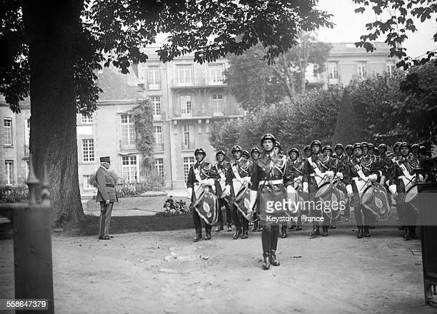 Le Maréchal Pétain et Pierre Laval passent devant la garde d'honneur de la police montée circa 1940 en France
