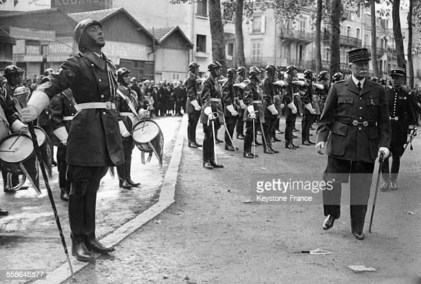 Le Maréchal Pétain passant en revue les musiciens de la garde d'honneur à l'occasion de la fête de Jeanne d'Arc à Vichy France en 1943