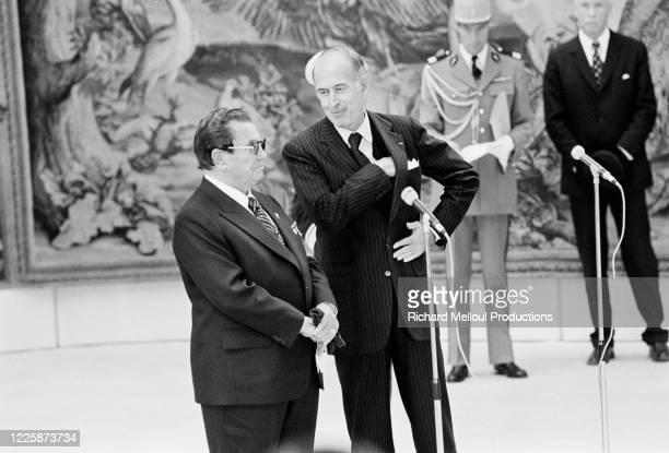 Le Maréchal Tito Président de la République fédérative socialiste de Yougoslavie et Valéry Giscard d'Estaing Président de la République à l'aéroport...
