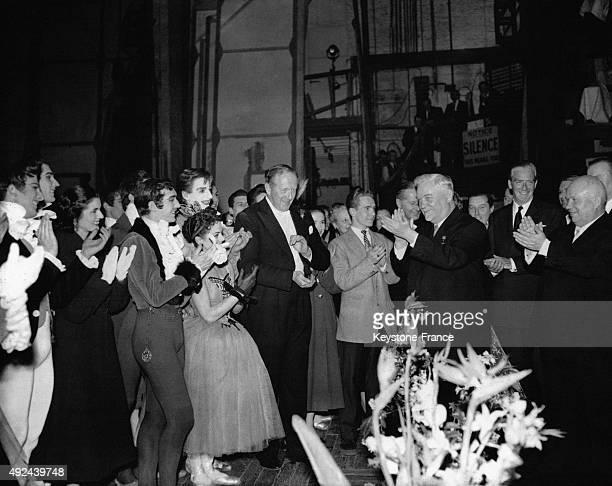 Le marechal Nikolai Bulganin et Nikita Khrushchev avec le premier ministre britannique sir Anthony Eden rencontrant les artistes apres la...